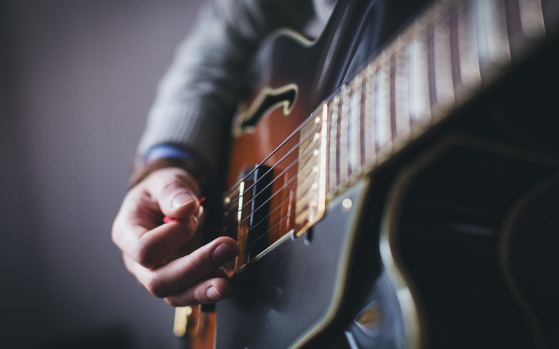 10 Easy Songs to Learn on the Electric Guitar for Beginners