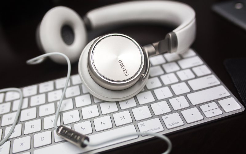 How to Use Two or More Headphones On PC or Mac (Wired & Wireless)
