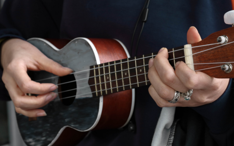How to Play Ukulele – A Guide for Beginners